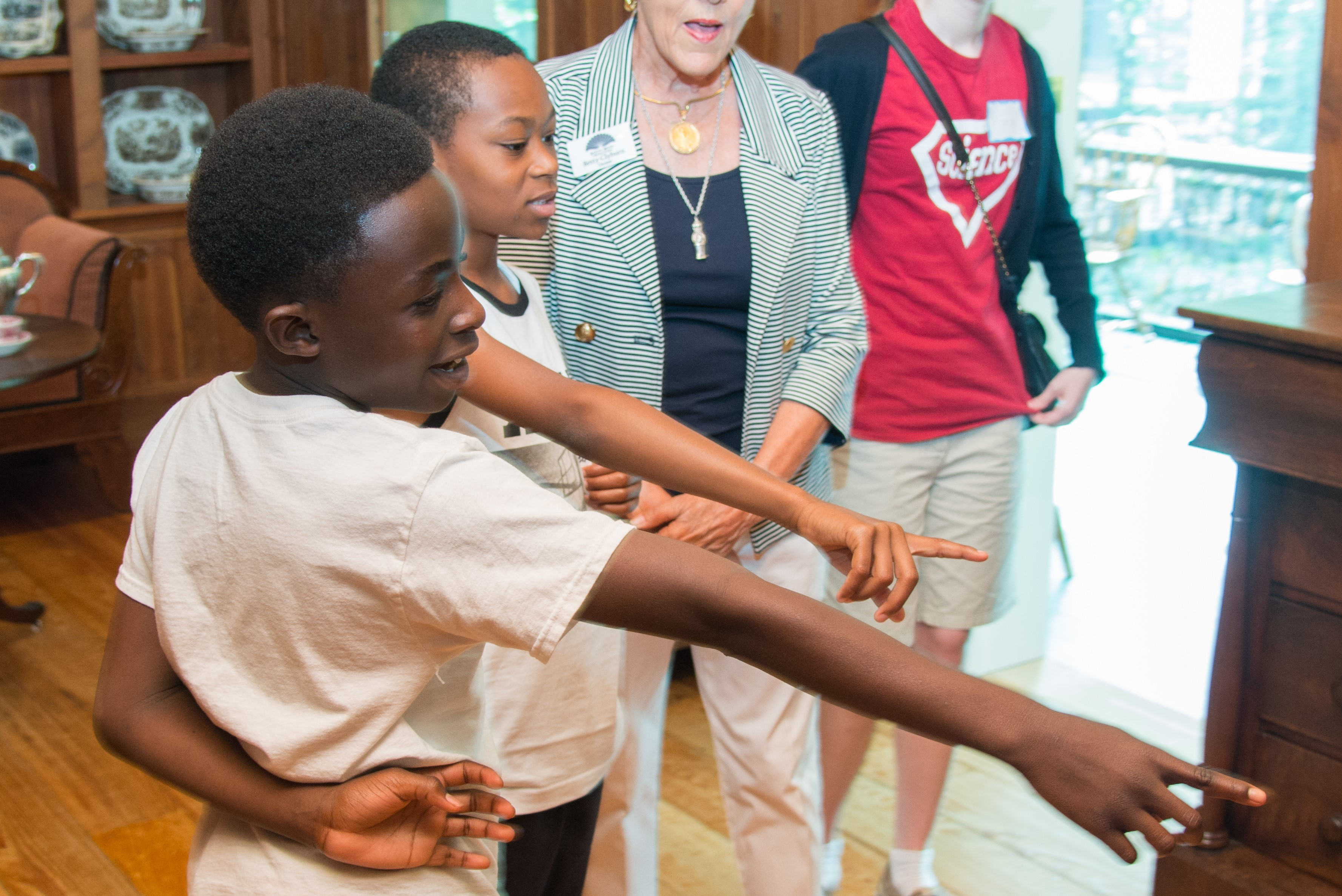 bayou bend school tours - kids pointing