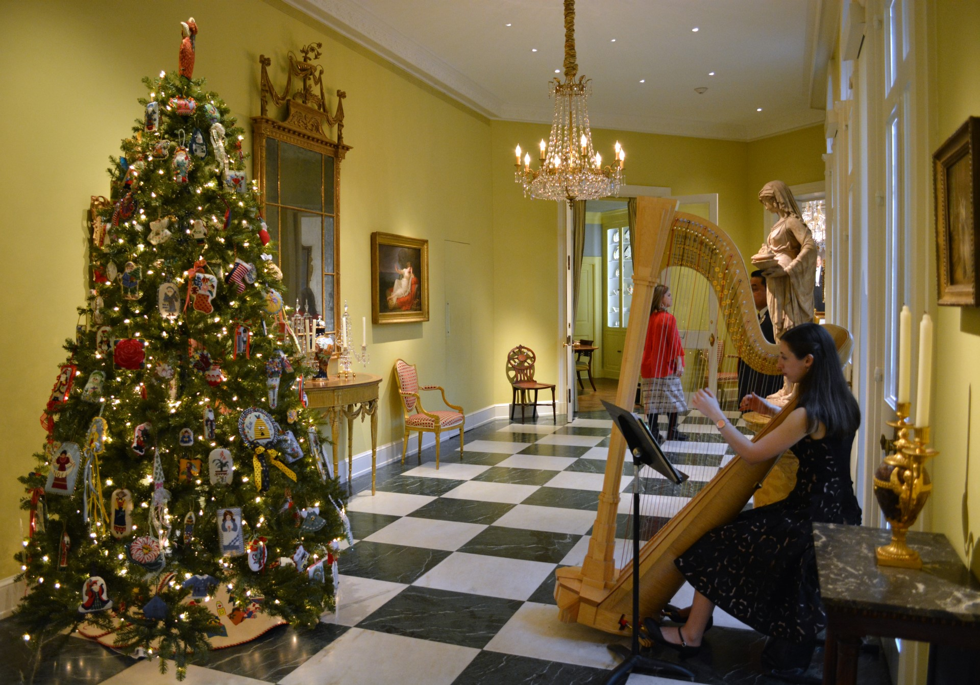 Boxing Day at Rienzi - Christmas tree & harpist in foyer