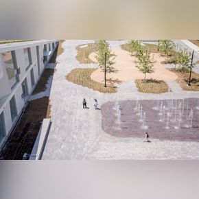 Brown Foundation Plaza / fountain / with visitors