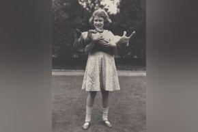 Sheridan - Elizabeth II with her corgi